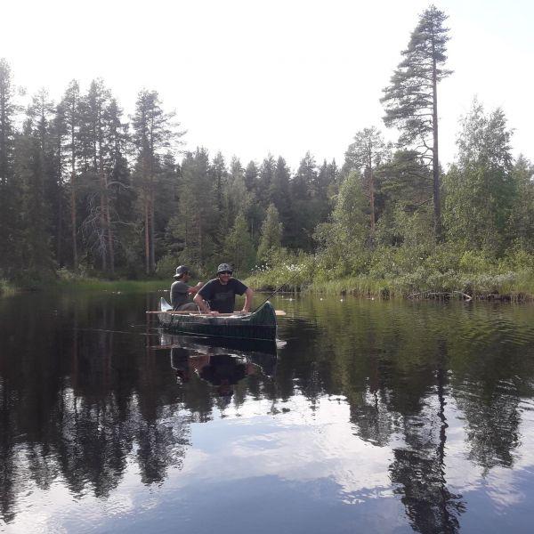 pêche en canoë en Laponie Suédoise
