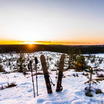 Coucher du soleil pendant une randonnée en ski altaï en Laponie