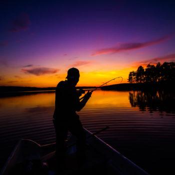 Session de pêche au coucher du soleil en Laponie