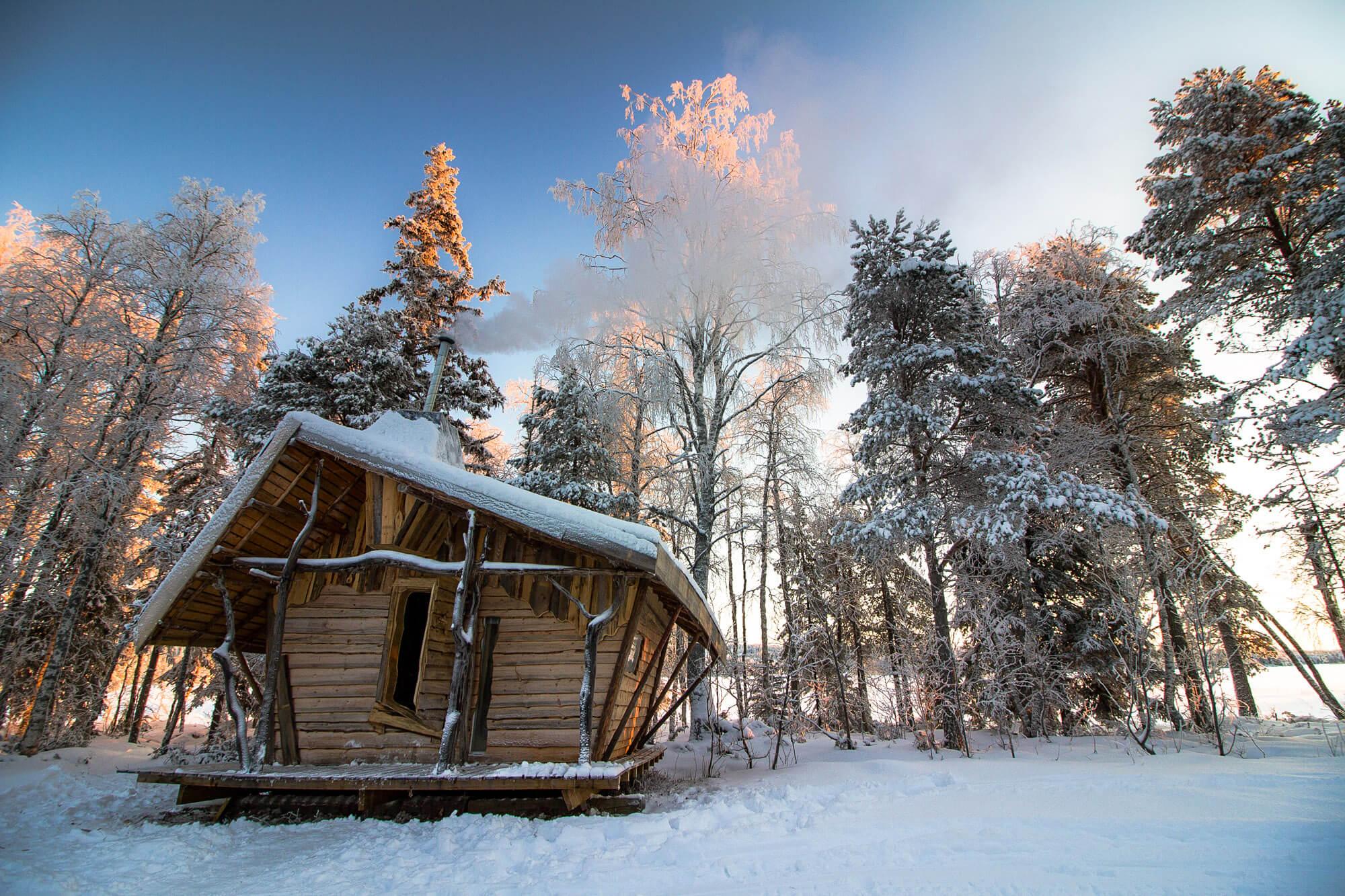 Cabane insolites sur une île en Laponie