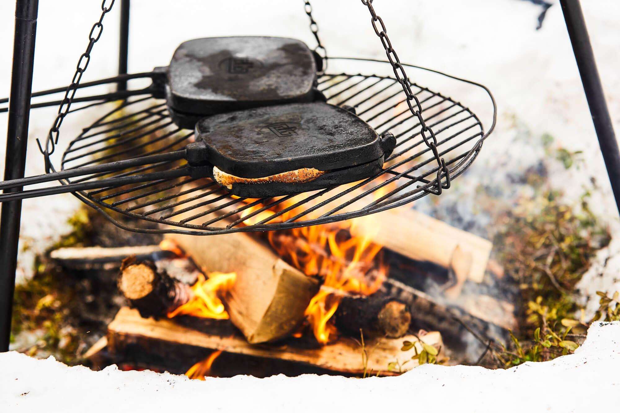 Croque monsieur au feu de bois en Laponie