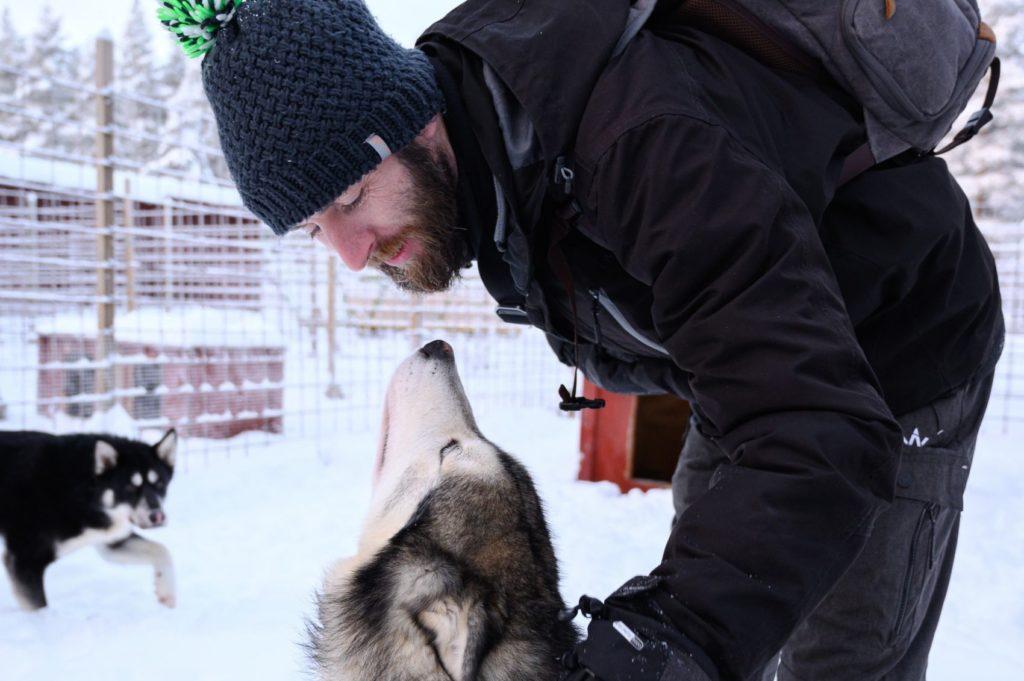 Seb, Globe Blogueur, avec les chiens de traîneaux en Laponie suédoise