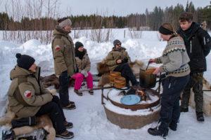 Déjeuner dehors en Laponie suédoise
