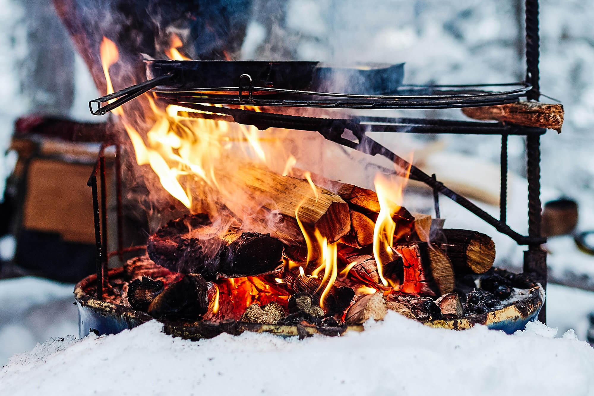 Cuisiner au feu de bois en laponie suédoise