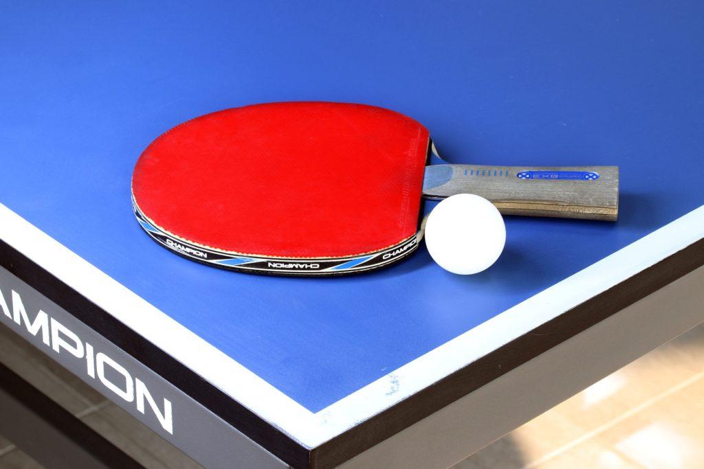 Raquette et balle de tennis de table