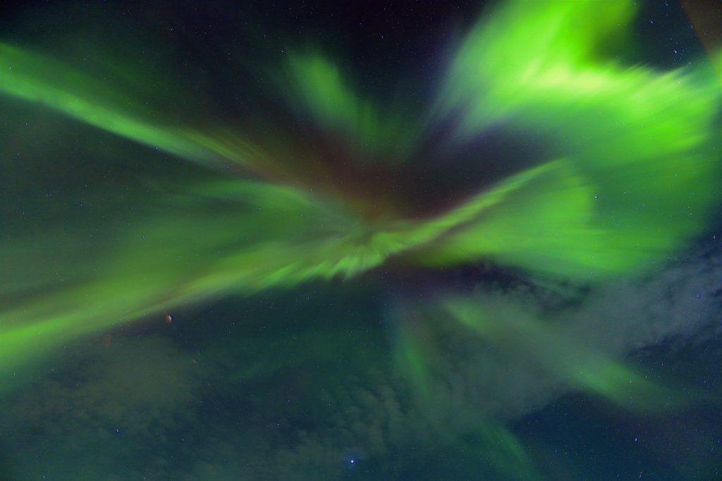 Une aurore boreale vue d'en bas dans le Grand Nord