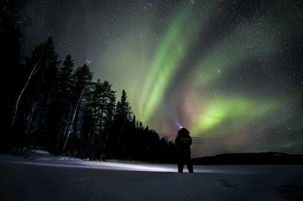 Aurores boréales sur le lac de Bredtrask en Laponie Suédoise
